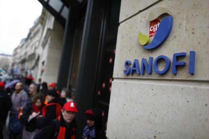 Sanofi Aventis : manifestation d'employes devant le siege social de l'entreprise Copyright : ©DENIS/REA